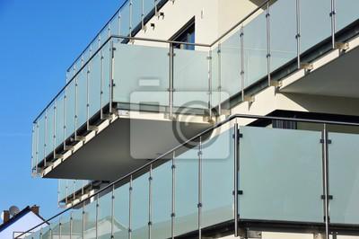 Balkon an moderner hausfront mit edelstahl-glas-geländer und ...