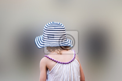 Bambina con cappellino
