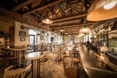 Bar und hocker im hölzernen dachboden caffee interieur notebook ...