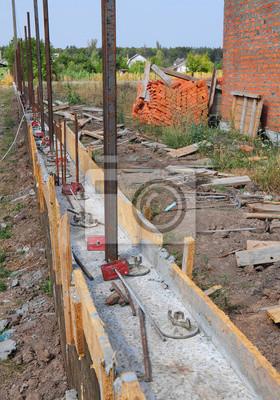 Bauen Sie Betonfundament Fur Neuen Zaun Mit Metallstutzen Notebook