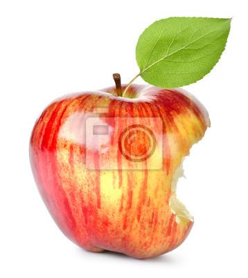 Beißen auf einem roten Apfel