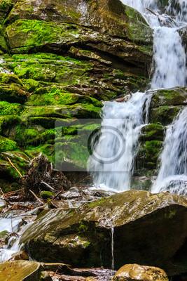 Bergbach auf nassen Felsen mit Moos