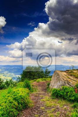 Bergpanorama mit weißem Stein vor dem Sturm