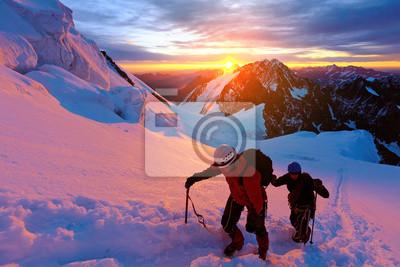 Bergsteiger auf der Oberseite eines Pass