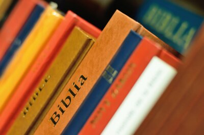 Bibel auf dem Regal des Buches für Bildung