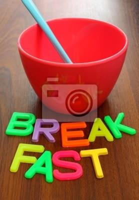 blauen Löffel in rosa Schale mit Frühstück in bunten Buchstaben auf WO