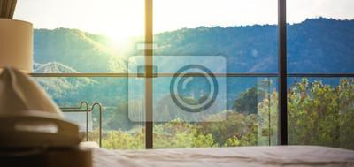 Sticker Blick durch große Fenster auf schöne nebligen Hügeln mit bunten Sonnenuntergang.