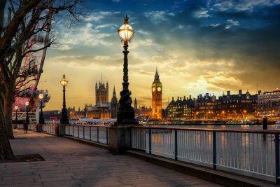 Sticker Blick über die Themse auf den Big Ben Turm und den Westminster Palast in London bei Sonnenuntergang. Großbritannien