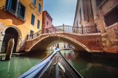 Sticker Blick von der Gondel während der Fahrt durch die Kanäle von Venedig i