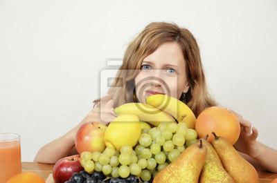 Blond, jung und sinnliche Mädchen mit Früchten und Zitrussaft