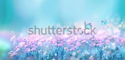 Sticker Blumenfrühlingsnaturlandschaft mit lila Blumen des wilden Rosas auf Wiese und flatternden Schmetterlingen auf Hintergrund des blauen Himmels. Künstlerisches Bild der träumerischen leichten Luft. Weich