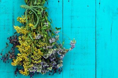Sticker Bouquet von getrockneten Blumen hängen an antiken rustikalen aquamarinen blauen hölzernen Hintergrund