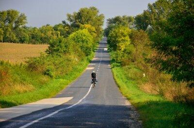 Boy Fahrt auf dem Fahrrad im Herbst nebligen Morgen. Ursprüngliche Sportwallaper