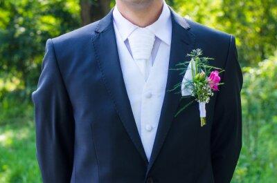 Bridge-Bräutigam im Anzug mit wunderschönen Blumen und Krawatte