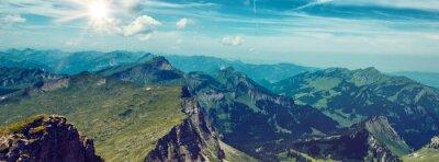 Sticker Bright Sun über Grün Gebirge