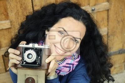 Brunette Frau mit alten Filmkamera Sammlung