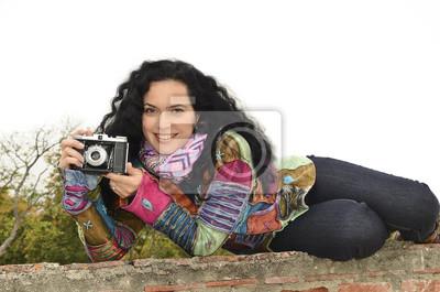 Brunette schöne Frau mit Foto-Kamera, die Foto macht
