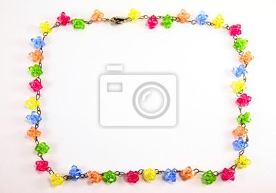 bunte Halskette Kristall-Rahmen auf weißem Hintergrund