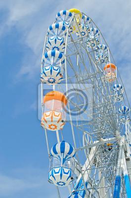 Bunte Riesenrad gegen den blauen Himmel