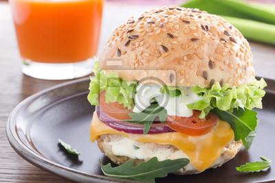 Burger mit Fleisch und Gemüse.