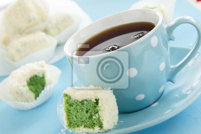 "Cakes ""Petit Fours"" mit Tee und Kokosnuss-Spiel."