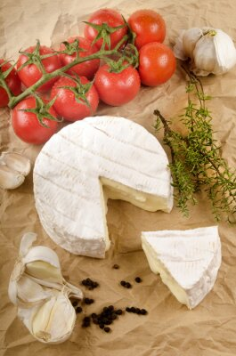 Sticker Camembert mit Knoblauch, schwarzem Pfeffer, Tomate und Thymian auf braunem p