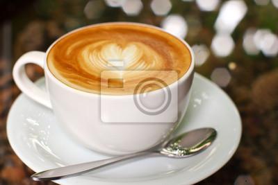 Cappuccino oder Kaffee Latte mit Herz-Form