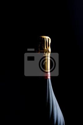 Champagner-Flasche auf einem schwarzen Hintergrund mit Platz für Text