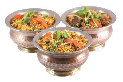 Sticker Chicken Biryani oder vegetarische Biryani oder indisches Risotto in Zinnschalen