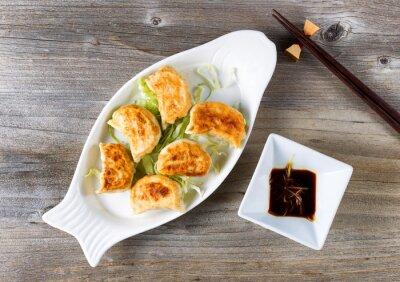 Sticker Chinesisch gebratene Knödel Gericht mit Eintauchen Sauce bereit zu essen