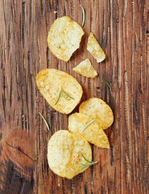 Sticker Chips mit Salz und Rosmarin auf Holzoberfläche