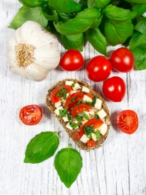Sticker Ciabatta-Brot mit Tomaten, Mozzarella und Basilikum.