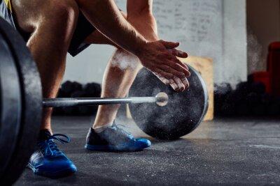 Sticker Closeup von Weightlifter klatschen Hände vor Barbell Workout
