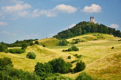 Curch auf der Spitze der Hügel. Slowakische stadt Banska Stiavnica