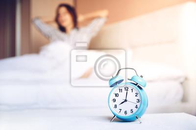 dehnen und aufwachen morgens am morgen defocus frau schl ft notebook sticker wandsticker. Black Bedroom Furniture Sets. Home Design Ideas