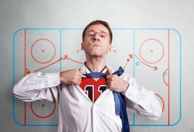 Der Büromann öffnet ein weißes Hemd und zeigt die Hockeysportform. Vor dem Hintergrund des Coaching-Schemas der Halbzeit. Held