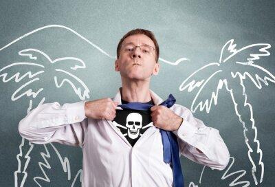 Der Büromann öffnet ein weißes Hemd und zeigt ein Piratensymbol Schädel und Knochen. Held