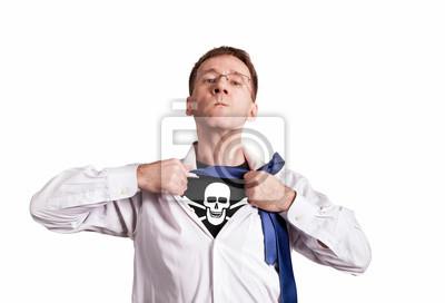 Der Büromann öffnet ein weißes Hemd und zeigt ein Piratensymbol Schädel und Knochen. Isoliert. Held