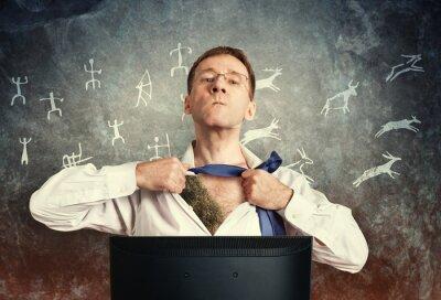 Der Büromitarbeiter am Computer öffnet sein weißes Hemd und zeigt das primitive Fell. Vor dem Hintergrund der Felsen und primitiven Zeichnungen. Held