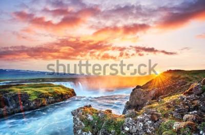 Sticker Der malerische Sonnenuntergang über Landschaften und Wasserfällen. Kirkjufell Berg, Island