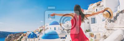 Sticker Die Europa-Reiseferienspaß-Sommerfrau, die freies Tanzen mit den Armen sich fühlt, öffnen sich in der Freiheit bei Oia, Santorini, Griechenland-Insel. Sorgloses Mädchentouristen-Fahnenpanorama.