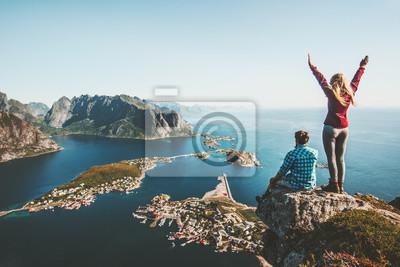 Sticker Die Paarfamilie, die zusammen auf Klippenrand in Norwegen-Mann- und Frauenlebensstilkonzept-Sommerferien im Freien geht, Vogelperspektive Lofoten-Inseln Reinebringen-Gebirgsoberseite