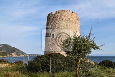 Die Ruinen des alten Verteidigungsturms, alter Wachturm auf Sardinien Küste, Turm von Budello Teulada gebaut