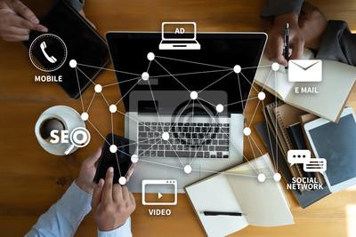 Sticker DIGITAL MARKETING neues Startup-Projekt MILLENNIALS Business-Team arbeitet mit Finanzberichten und einem Laptop