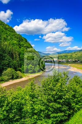 Dorf in einer bergigen Gegend