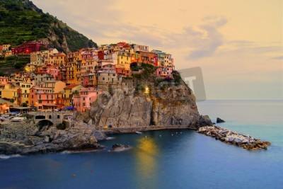 Sticker Dorf von Manarola, Italien auf der Cinque Terre Küste bei Sonnenuntergang