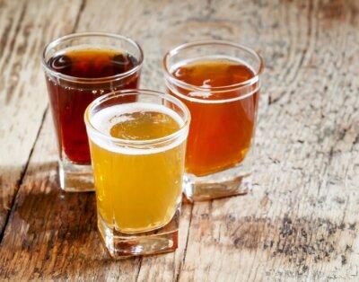 Sticker Drei Arten von Bier auf alten hölzernen Hintergrund, selektiven Fokus
