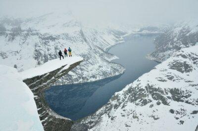 Drei Jungen auf berühmten Troll Zunge Felsen während des strengen Winters in Norwegen in Skandinavien