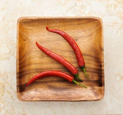 Sticker Drei niedlichen red hot chili pepper auf Holz Hintergrund