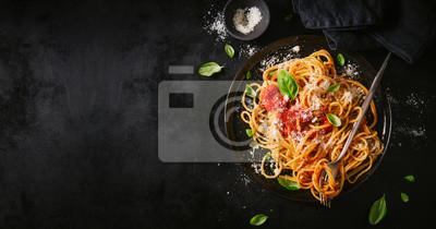 Sticker Dunkle Platte mit italienischen Spaghetti auf Dunkelheit
